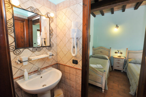 Relais rooms bathroom La Ciriola Piediluco